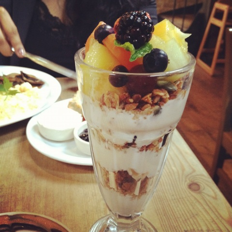 granola parfait with fresh fruit